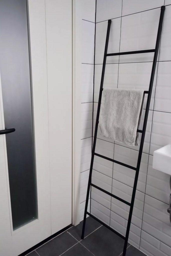 The bathroom towel rack is placed like this, clean and beautiful. - Boyzzy